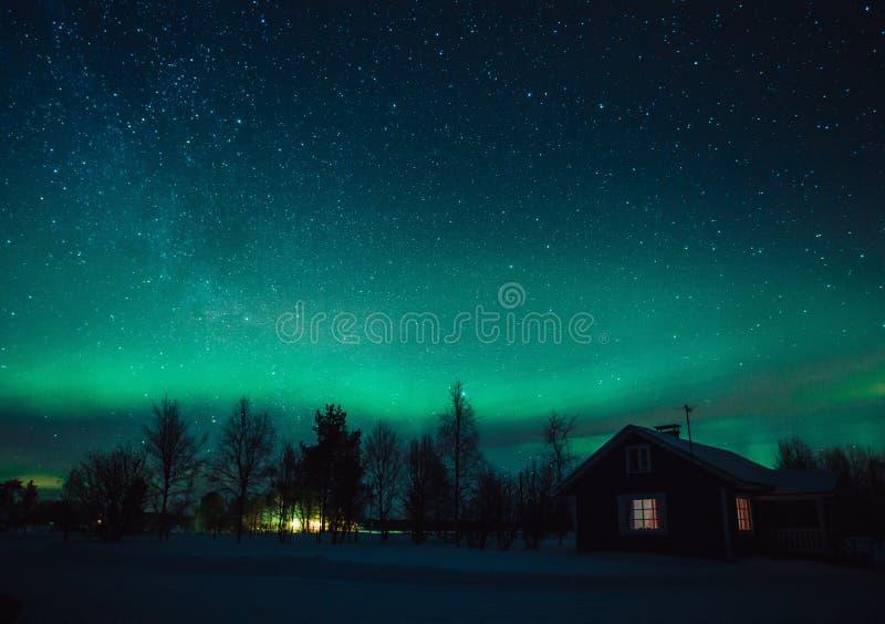 Północnych świateł zorza Borealis nad chałupą w Lapland wiosce Finlandia obrazy stock