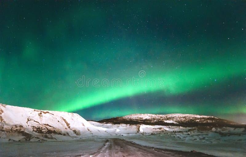 Północnych świateł zorzy borealis nad góry obrazy royalty free