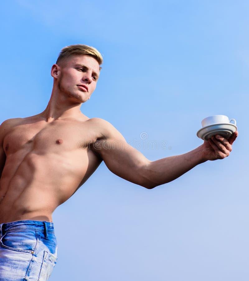 półpostać atrakcyjny kelner Mężczyzna atlety bodybuilder mięśniowe oferty ty kawowy Kelner klatki piersiowej chwyta naga filiżank obraz royalty free