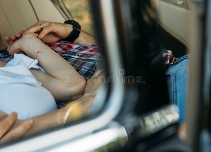 półpostać ludzie które kłamają w samochodzie i trzymają ręki na jego ręce zegarek i złocisty łańcuch, pierścionek pry patrzeje pr obraz royalty free