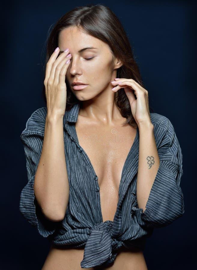 Półpostać portret piękna kobieta w koszula w studiu obraz stock