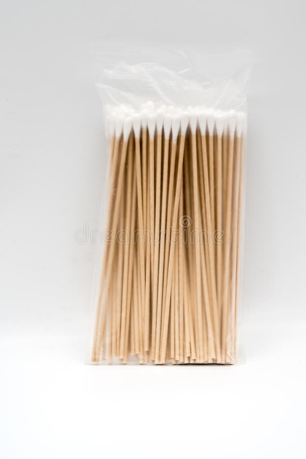 Półprzezroczysta plastikowa paczka pasteryzujący cottonwool na bambusie obraz stock