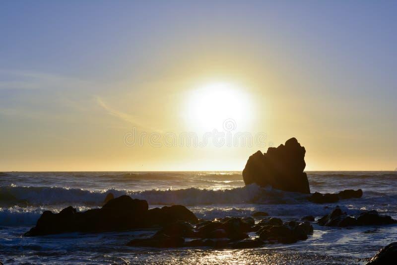 Późne popołudnie romantyczna scena plażowa obrazy royalty free