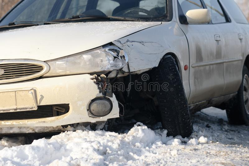 Póżniej mieć wypadek podczas gdy siedzący blisko jego łamanego samochodu na poboczu zdjęcie stock