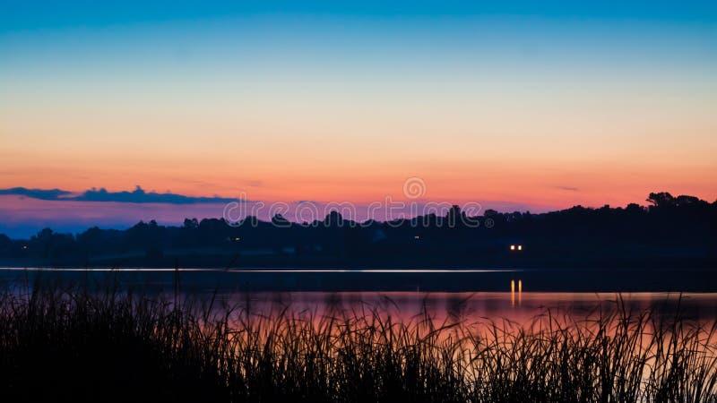 Póżno, spokojny i pokojowy lato wieczór na wielkim wieś stawie zdjęcie stock