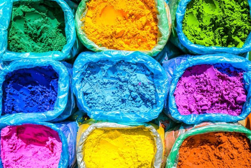 Pó colorido para a venda na ocasião festiva de Holi no Ind fotos de stock