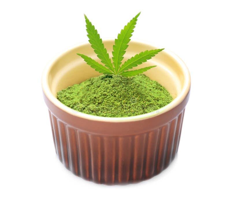 Pó da proteína do cânhamo com a folha na bacia, isolada imagem de stock