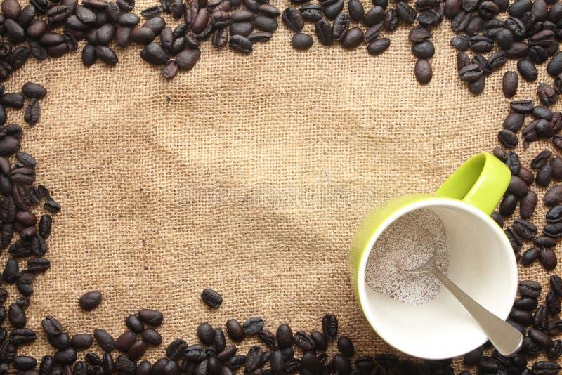 Pó da xícara de café com quadro do feijão de café imagens de stock