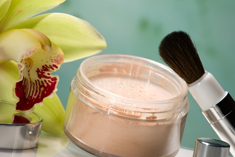 Pó de face e flor da orquídea imagem de stock royalty free