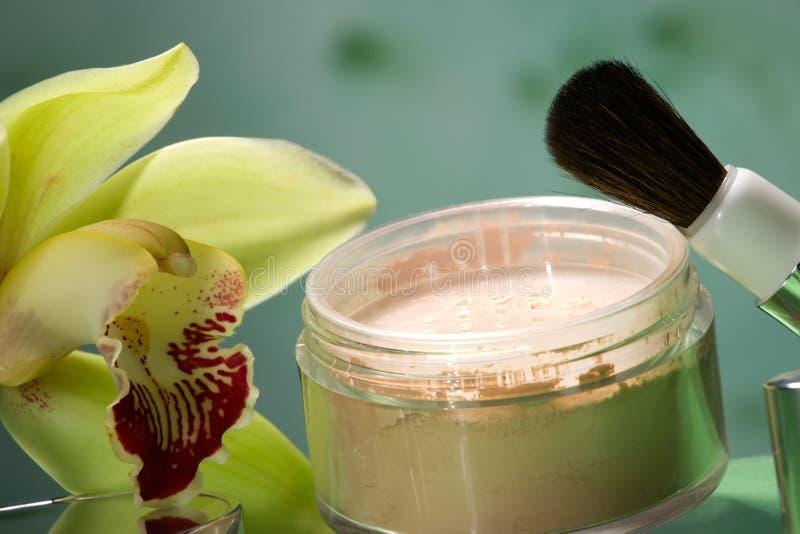 Pó de face e flor da orquídea imagem de stock
