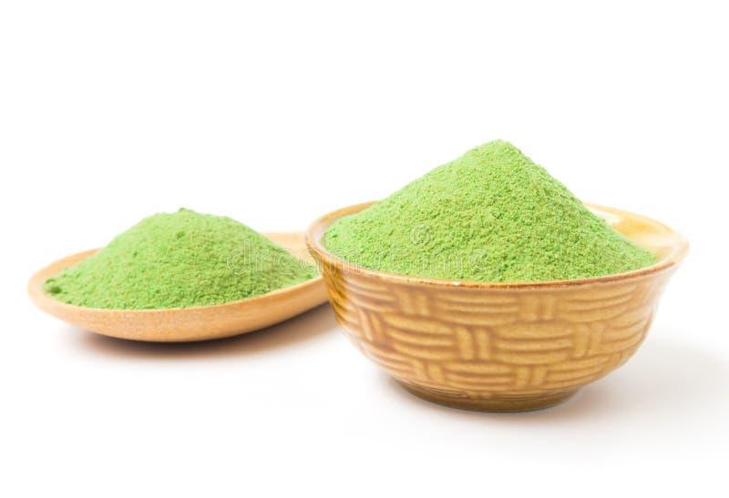 Pó verde do chá do matcha no fundo do branco da bacia fotografia de stock royalty free