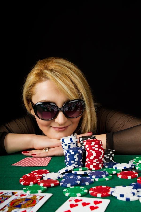 Póker que juega rubio atractivo foto de archivo libre de regalías