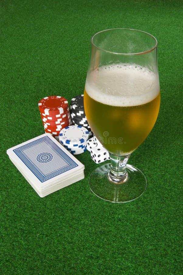 Póker y cerveza imágenes de archivo libres de regalías