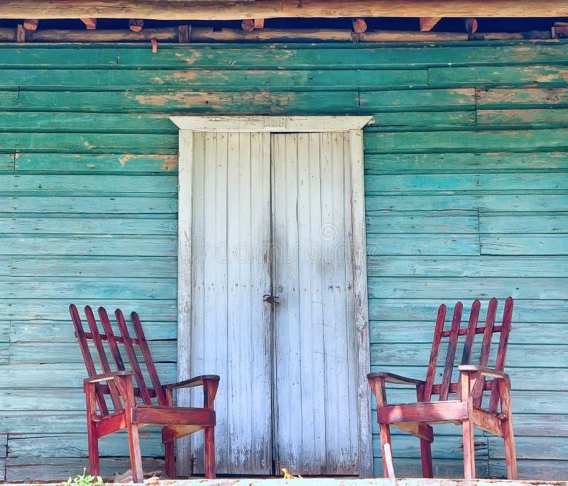 Pórtico de madera de la casa vieja foto de archivo
