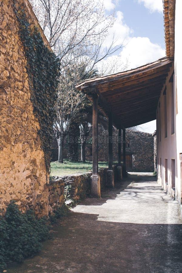 Pórtico de madera en el patio trasero de una casa vieja imagenes de archivo