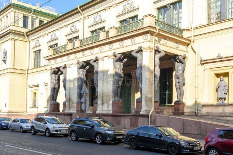 Pórtico del nuevo edificio de la ermita con Atlantes, St Petersburg, Rusia foto de archivo libre de regalías