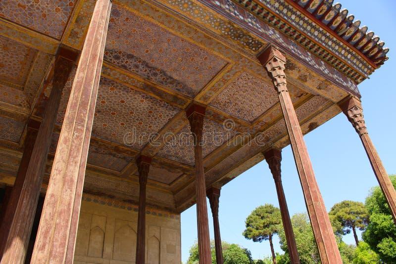 Pórtico no pavilhão de Chehel Sotoun, Isfahan, Irã foto de stock royalty free