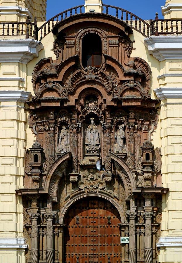 Pórtico principal imponente de la basílica y convento de San Francisco en el centro histórico de Lima, sitio del patrimonio mundi foto de archivo libre de regalías