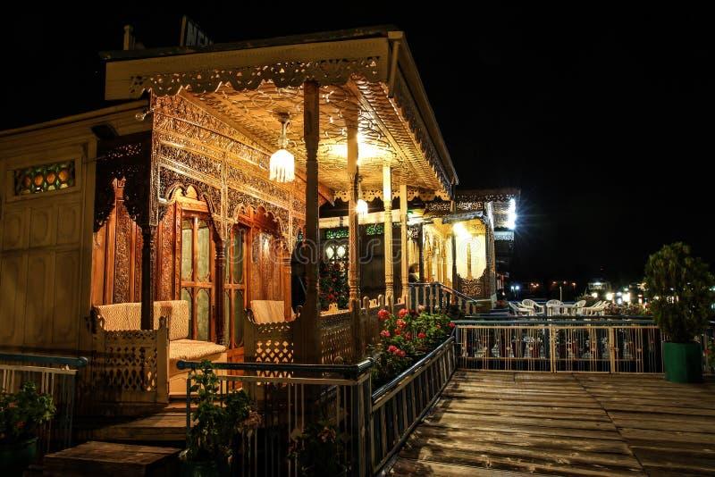 Pórticos de las casas flotantes en noche-Srinagar, Cachemira, la India imagen de archivo