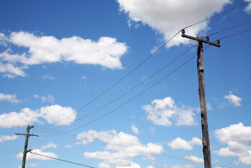 Pôles de téléphone avec des fils photos stock