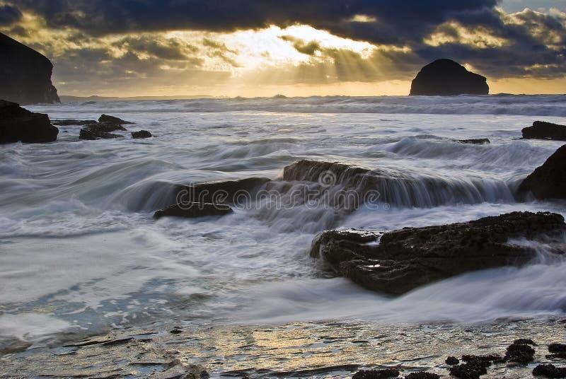 Pôr-do-sol da costa de Trebarwith foto de stock