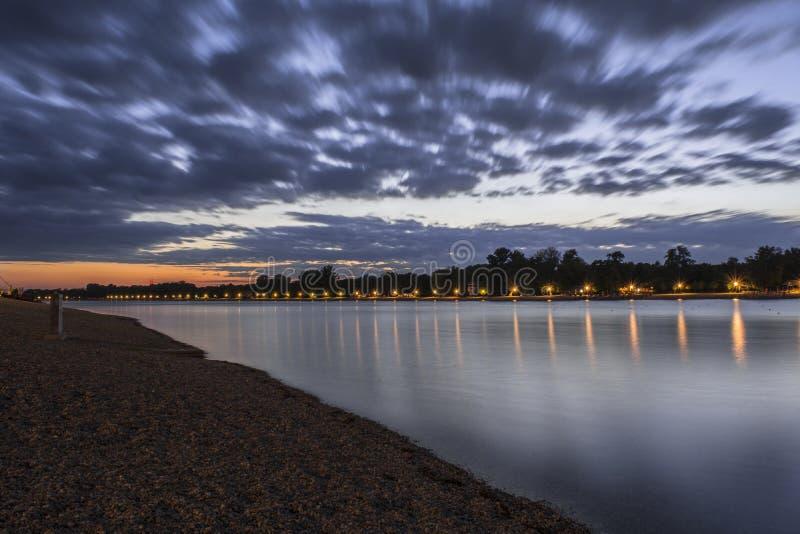 Pôr do sol em Belgrado no lago Ada foto de stock
