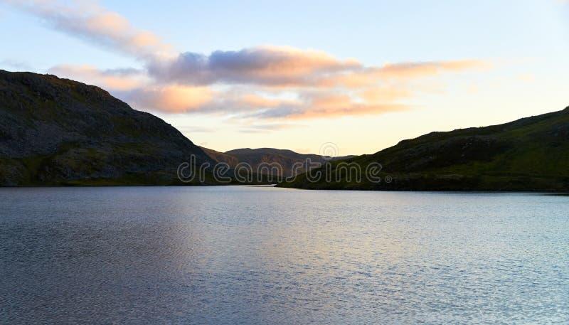 Pôr do sol em um lago em finland foto de stock