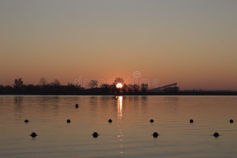 Pôr do sol no sul holland do zoetermeer do aa do noord imagens de stock