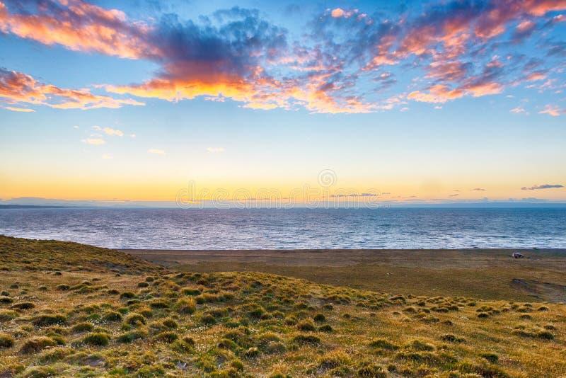 Pôr do sol sobre a costa dos pamaps na Tierra del Fuego fotografia de stock royalty free