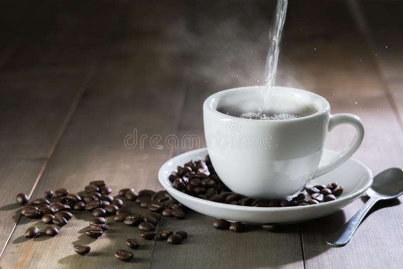 Põe a água quente para colocar o café com fumo fotografia de stock
