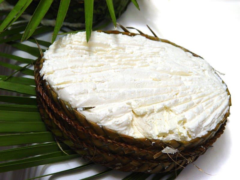 Põe manteiga em uma cesta de vime nas folhas de palmeira imagem de stock