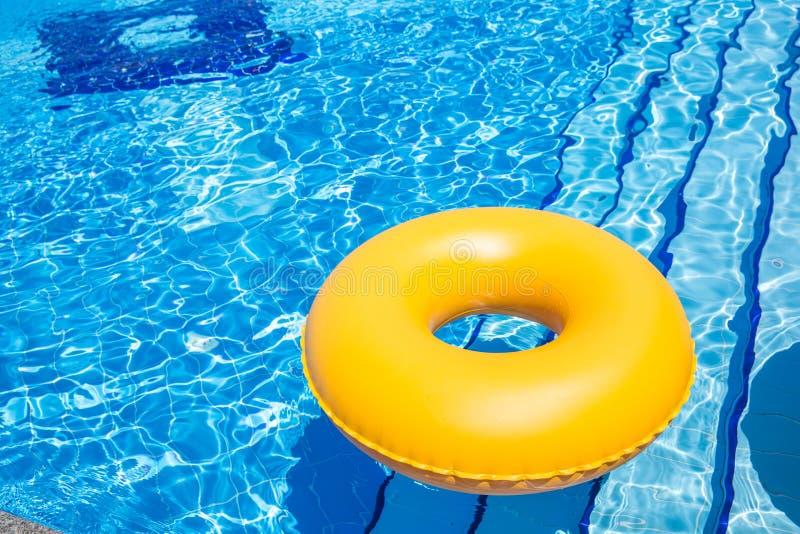 Pöl för inre rör I för simbassäng gul fotografering för bildbyråer
