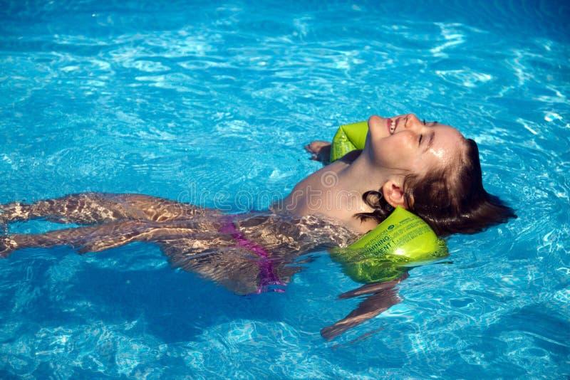 pölen kopplar av simning royaltyfria bilder