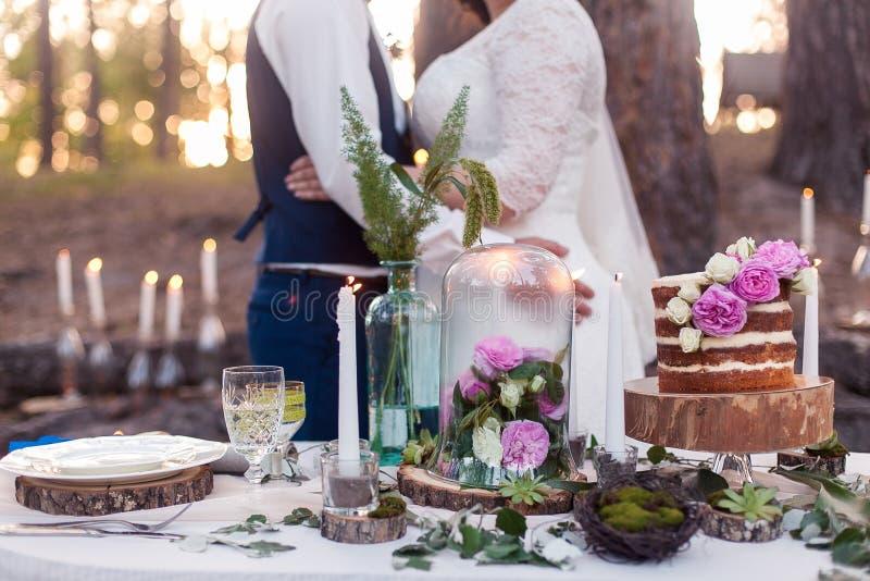 Pösig bröllopstårta med blommor royaltyfria foton