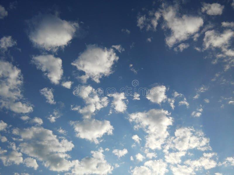 Pösiga moln 2 arkivfoto