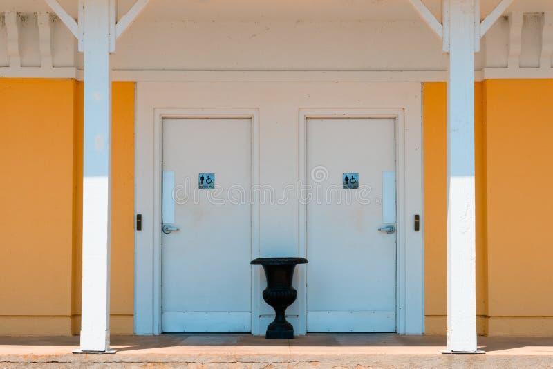 Público, barqueiros somente, banheiros do porto, toalete, acces da cadeira de rodas foto de stock royalty free