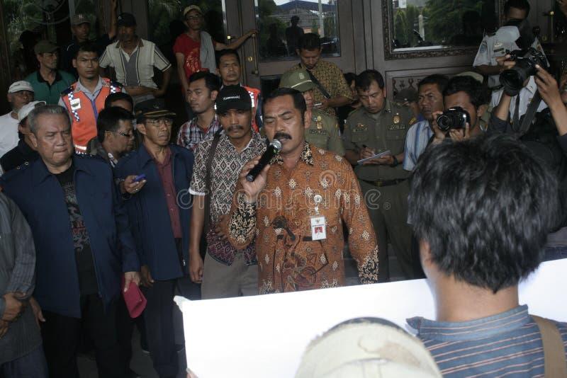 Público del aumento de la tarifa del vehículo de la basura de la acción de la protesta de los motoristas fotografía de archivo