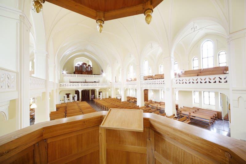 Púlpito para o pregador na catedral evangélica do Lutheran foto de stock