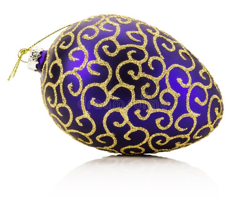 Púrpura con la bola de oro de la Navidad del ornamento aislada en el blanco fotos de archivo