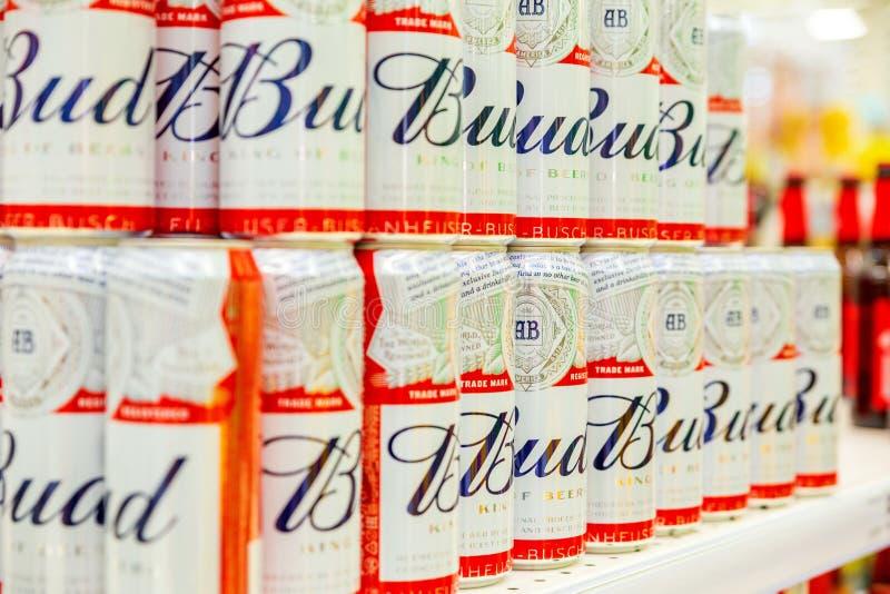 Pączek butelek stojak na półkach w wielkim supermarkecie zdjęcie royalty free