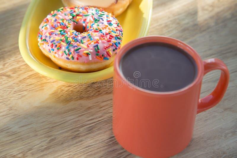 Pączek i gorąca czekolada zdjęcie stock