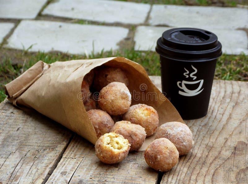 pączek Owsów donuts z cynamonem, sproszkowanym cukierem i kawą, Uliczny jedzenie Round fritter Przestrzeń dla teksta zdjęcia royalty free