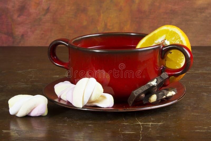 Pączek z herbacianym kubkiem na stole zdjęcie stock
