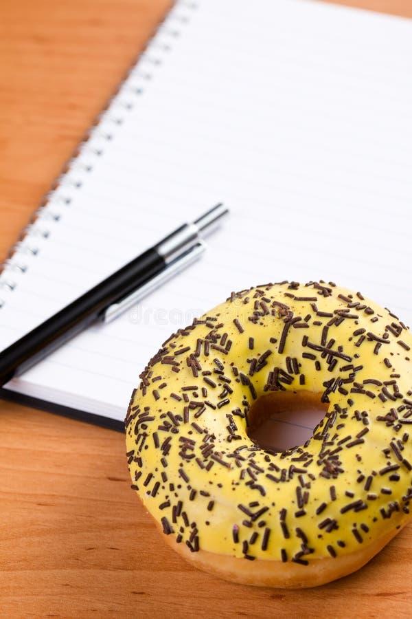pączka notatnika spirali cukierki zdjęcie stock