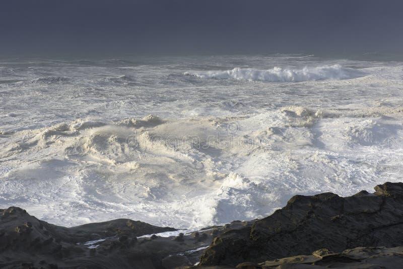 Pęcznienia dekada Rozbija Przeciw falezom brzeg akrów stanu park, gruchy Trzymać na dystans Oregon obrazy stock