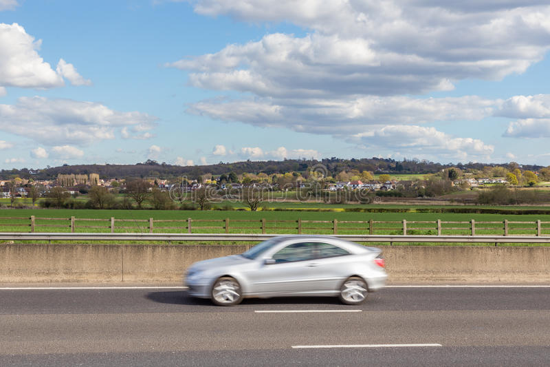 Pędzący samochód na autostradzie z Essex countrysi i wioską zdjęcia royalty free