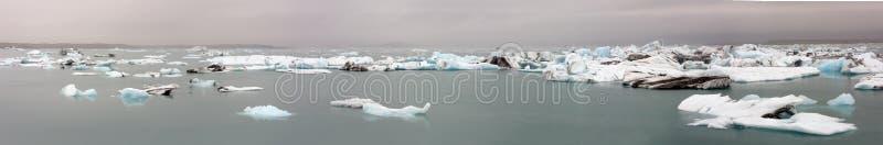 Pękać lodowy unosić się na jeziorze fotografia stock