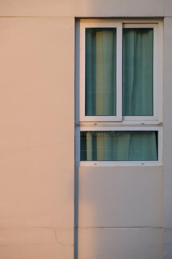 Pęknięcie na ściennym pobliskim mieszkania okno zdjęcia royalty free