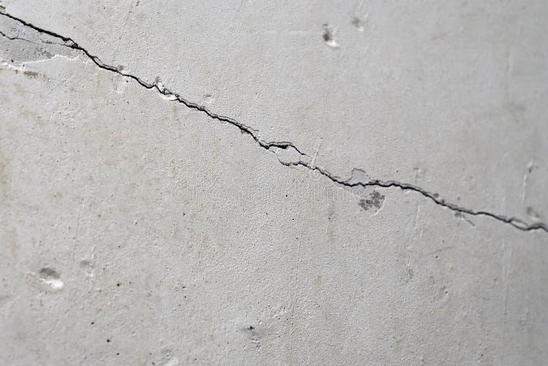 Pęknięcie w starej betonowej ścianie obrazy stock