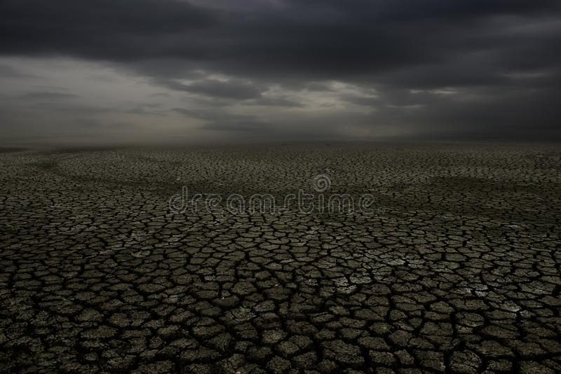 Pęknięcie ziemia i chmury niebo zdjęcia stock